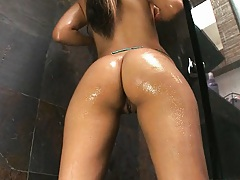 Babe gets all lathered up in teh shower
