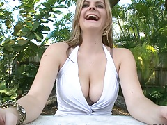 Busty Keiyra Lina takes off her bra outdoors