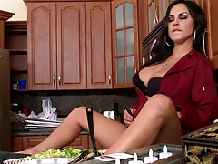 Milf Mariah in teh kitchen